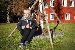 """Vid Gammelgården i Möklinta har Katharina Svensson Vikström fotograferat en hel del. Detaljer som rostiga gångjärn eller ett vackert fönster väcker kreativiteten. Hennes instagramkonto """"katharinasfoto"""" har närmare 700 följare."""