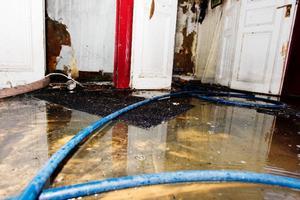 Släckvattnet ligger kvar på många ställen i huset och de tjocka bjälklagen kan innehålla mängder av vatten.