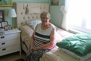 När Elly flyttade till mindre hus såg Alexander till att hon fick en ny säng.