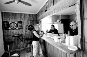 Byggt en bar. Medlemmarna har slagit ut en vägg och byggt en bar i klubbstugan. I lördags serverade Fredrik Sundby och Torbjörn Andersson fika, glass och korv. Kerstin Nilsson var på plats redan på morgonen och ägnade dagen åt att umgås med klubbkamraterna.