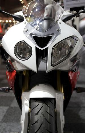 Stor skillnad. Inför 2012 har BMW lyssnat på förarna och ytterligare förbättrat supersportmaskinen S 1000RR. Bland annat är motor och fjädring uppdaterade.