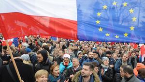 Protester. Tusentals polacker demonstrerar mot regeringen i Warszawa.