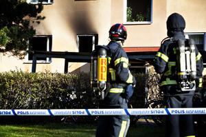 Fönstren till lägenheten exploderade och eldslågor och tjock rök vällde ut. Då hade familjen hunnit ut ur lägenheten.