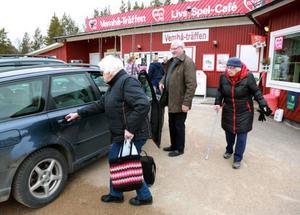 Chauffören Rune Berglund skjutsar hem Nanny Westfält och Sigrid Håkansson