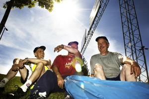 Varmt. Fastighetsskötarna Reijo Haaparanta, Roger Lundgren och Leif Lindqvist har det varmt på jobbet. Keps och t-shirt är deras knep för att skydda sig från solens strålar. Det är extra viktigt nu när ozonskiktet är tunnare än normalt.
