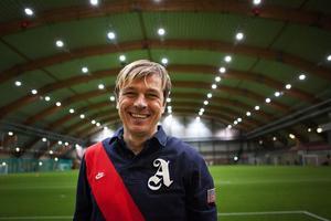Tony Gustavsson hemma i Sundsvall igen, för att föreläsa om trender genom tiderna – och i framtiden. Men sin nya akademi, kallad Tiki-Taka academy, hoppas han kunna bidra till att forma morgondagens fotbollsspelare.