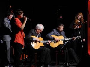 Swing Magnifique på scenen i Borlänge, Josefin Peters, sång, Filip Berglund, kontrabas, Åke Jonsson och Tom Buhre, gitarrer och Terese Lien Evenstad, violin.