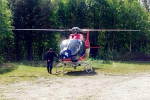 Två av polisens hundpatruller från Östersund anlände med helikopter.