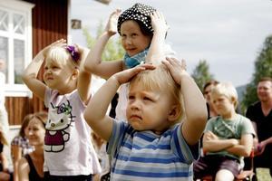 Ester Östberg, Alva Skoglund och Matilda Berg gör flitigt rörelserna i musikgympan.– Jag tycker att sångerna de sjunger är bra, säger Alva Skoglund. Roligast idag har varit att dansa med