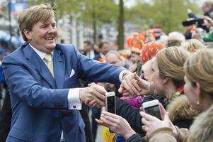 Kung Willem-Alexander av Nederländerna skakar gärna hand i kampanjen. Här en annan handskakarbild, från firandet av Kungens födelsedag.