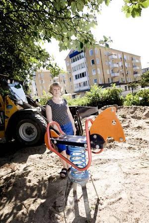 """MELLAN GAMMALT OCH NYTT. En ny blomsterprunkande """"fickpark"""" skapas i gränslandet mellan Gamla Gefle och nya Gävle.  Stadsarkitekt Marie Edling visar var."""