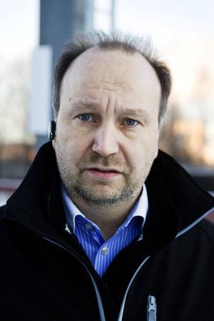 Peter Granåsen (L) känner att han inte hinner med de politiska uppdragen i kultur- och tekniknämnden och därför hoppar han av.