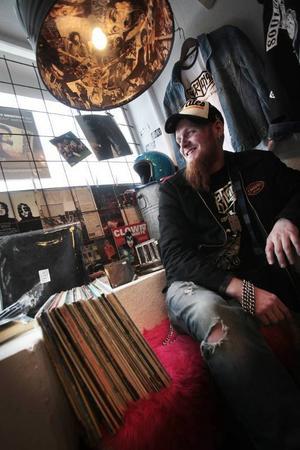 Olle Öhlund driver butiken Musik & Skit.