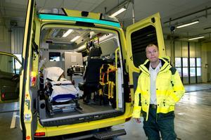 Ambulanssjukvården i Västernorrland jobbar för att det från 2015 ska råda krav på att bara sjuksköterskor ska få bemanna ambulanserna.– Tanken är att det här ska öka den medicinska kompetensen, säger Mika Nevalainen, enhetschef vid ambulanssjukvården på Länssjukhuset.