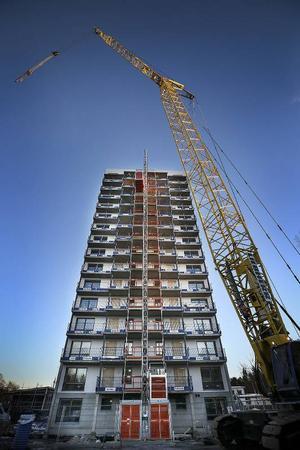 16 våningar, 46 meter högt, 9500 ton tungt är huset som inrymmer 56 lägenheter.