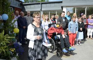 Högtidligt. Anette Eriksson sjöng och läste en egenhändigt skriven dikt när Galaxen, kommunens dagverksamhet för personer med funktionsnedsättning, invigdes.