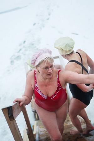 Catrine Edlund skrek högst nere vid isvaken och var snabbast upp till badbaljan.