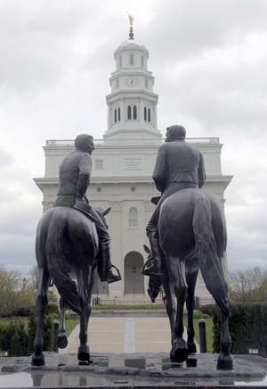 Joseph Smith och hans broder framför templet i Nauvoo. Det finns många statyer på de platser där grundaren av Jesu Kristi Kyrka av Sista dagars heliga levde.