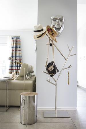 Stål- och träpallen är köpt från Polen, en bit i inredningen som Mira använder sig mycket av – en extra sittplats, sidobord eller bara dekoration är några alternativ på vad den kan användas till.