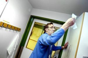 Extra städning. På infektionsavdelningen städas det mer än på andra avdelningar på sjukhuset, men trots det är Sigges garderob dammig. Enligt avtalet städas det inte på höjder över 160 centimeter.