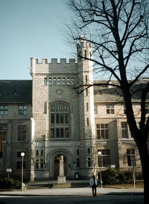 Meningen är att verksamheten ska läggas ned till hösten 2012 men det vill inte lärarna.