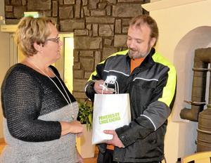 Initiativtagare. Daniel Guldstrand ser en chans att rädda liv genom att dela ut skänkta reflexer. Här får han ett bidrag av Irja Gustavsson, Lindesbergs kommun.