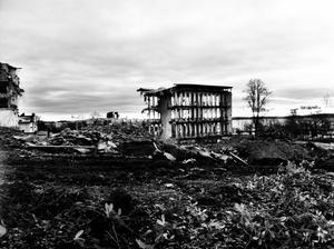På väg till jobbet den 30 december. Spöklikt skelett kvar av Landstingsbyggnaden.
