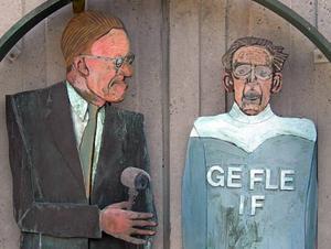 Radioreportern Sven Jerring och Gefle IF:s världsstjärna Gunder Hägg tillsammans vid Radiohusets entré i Stockholm på ett konstverk av K G Bejemark.