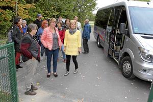 Bussen stannar utanför Hidinge skola.