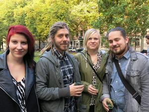 Kompisgänget Ida Rudnäs, Stefan Lindberg, Emma Lindberg och Erik Englundh kom för att se Körsbärsträdgården främst för att de känner två av skådespelarna på scenen: Björn Johansson och Cecilia Wernesten.