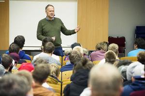 Arbetslöshet och en otrygg arbetsmarknad låg i fokus när Jonas Sjöstedt besökte Parskolan i måndags.