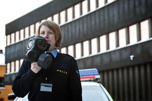 Sara Stenlind visar skyddsmask 90 som används av hela den svenska poliskåren– och som inte är godkänd.