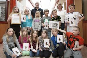 Vinnarklassen i Hagge tillsammans med räddningschef Lars Andersson och klasslärare Maud Edström.
