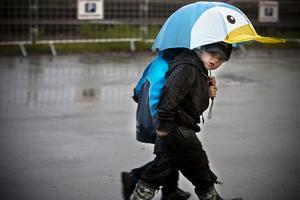 När regnet föll åkte paraplyerna fram.