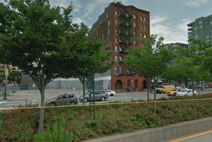 Lotta och hennes familj känner sig trygga på femte våningen i den ombyggda lagerbyggnaden intill Hudsonfloden.