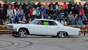 Daniel Collin från Bergsjö hissade upp framändan i sin 1966-års Impala.