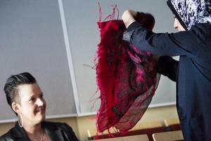 Lotta Wallström representerade Närljus i juryn. Här får hon se närmare på Tamana Mousavis produkter.