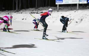 Malin Oskarsson försöker ta av sig ena skidan i farten under en av teknikövningarna.