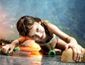 Frida Bergqvist är en aktiv sjuåring som inte hade några som helst problem med att klättra högst upp på väggen.