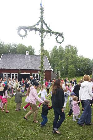 Midsommarfirande på Ådalsbyn.