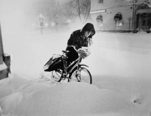 Ett tidningsbud i snöstorm 1993 ser till att sundsvallsborna får sin morgontidning till morgonkaffet.
