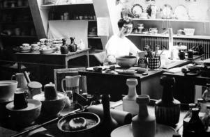 Berti Ternell, formgivare vid Bo Fajans 1951–1953, 1955–1957 och vid Gefle Porslinsfabrik 1957–1971.