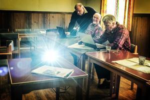 Folke Martinsson, Röjan, och Bo Jönzén, Böle, instrueras av Lasse Nystedt.