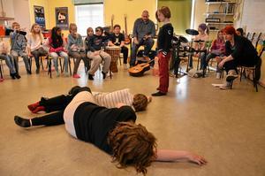 Golvade. Jättarna spelas av Ella Zoffman och Wilhelm Antonsson. De har golvats av Tjalve och Oden.
