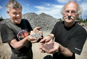 1,5 miljarder år. När Jan Andersson krossat det gamla berget och fått fram granatkulorna a som bildats för 1,5 miljarder år sedan så mals de i anrikningsverket till fin hård sand industrisand visar Roland Jonuks.