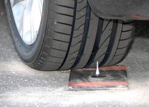 De punkteringssäkra däcken har blivit bekvämare att åka på. De har även blivit tryggare eftersom en spik inte längre behöver betyda stopp på motorvägen.Foto: Bridgestone