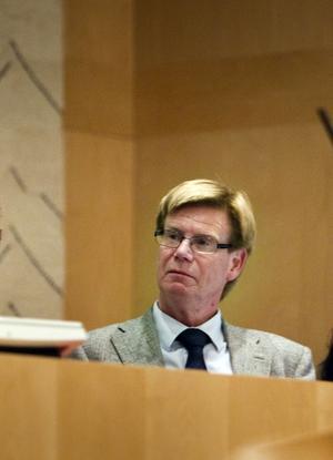 Rodney Engström (M) är kommunfullmäktiges ordförande i Sundsvall och deltog även i Landstingsstyrelsens möte i tisdags, där en enig styrelse uttalade sitt stöd för att Härnösand ska få behålla Mittuniversitetet. I efterhand förstår inte Engström hur han kunnat delta i beslutet– Endera sov jag eller så måste jag skaffa mig hörapparat, säger Rodney Engström.