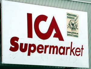 En av affischerna har klistrats fast på ICA-skylten ovanför entrén.