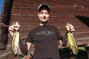 Läraren Benny Backeby i Alfta tillverkar fiskedrag som både gäddor och sprotfiskare lätt nappar för. Här med två stora wobblers han gjort.