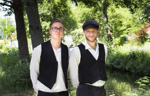 Patrik Ståhl och Elias Tejnung är eldsjälarna bakom projektet att genom dramatisering levandegöra historia från området kring Strömsholms kanal.